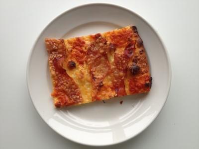 Pizza med mascarpone, parmaskinke og chilipesto